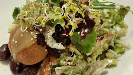 Mixed salad with tofu fritter at Les Maduixes